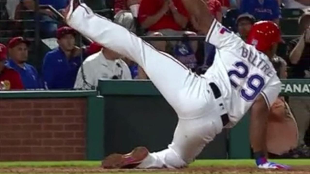 Adrián Beltré cae al suelo y posa tras fuerte swing