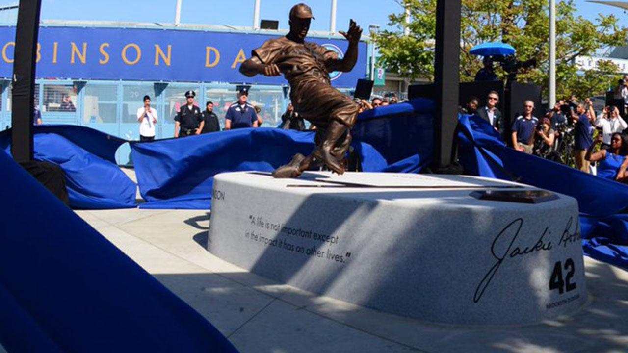 Dodgers revelan estatua en honor a Jackie Robinson