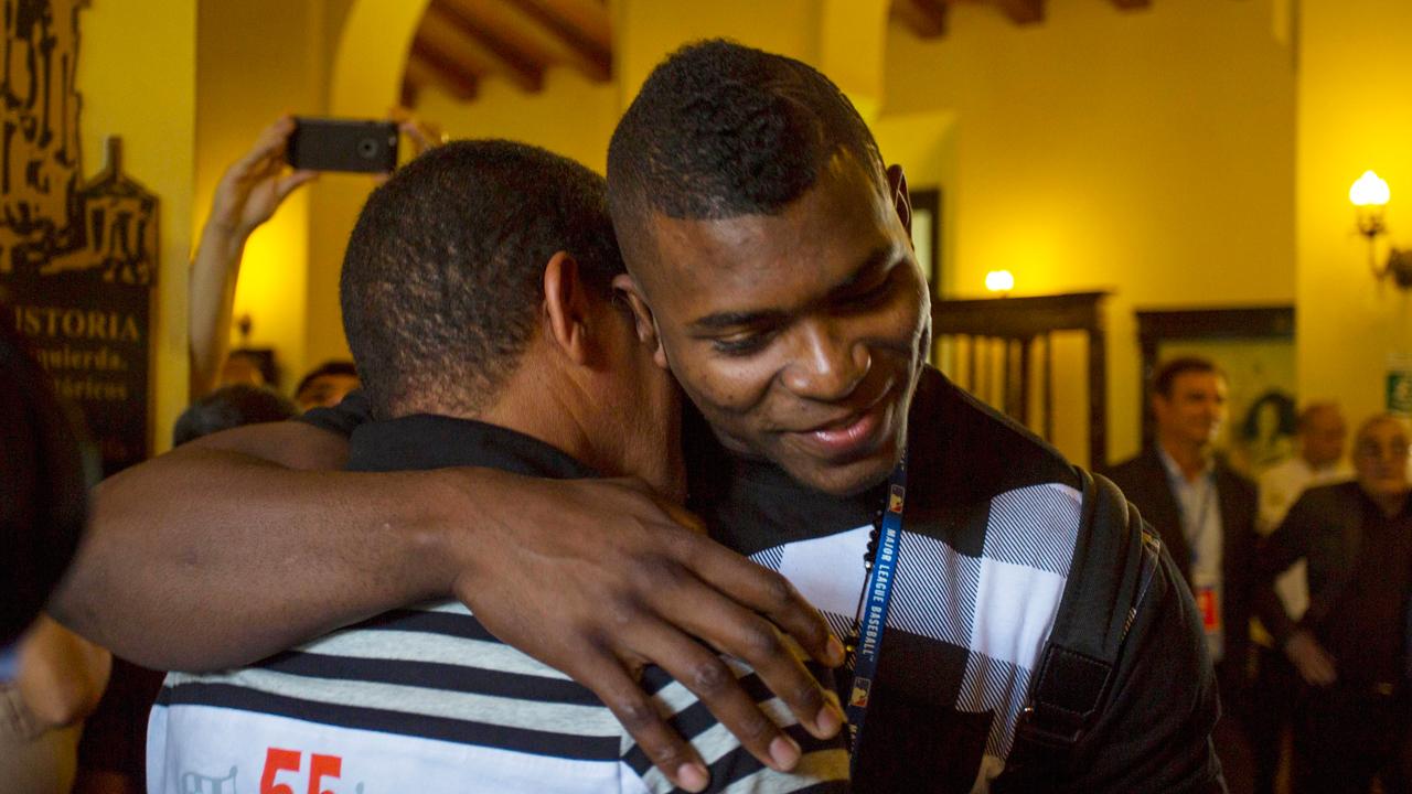 Peloteros cubanos regresan a la isla en visita de MLB